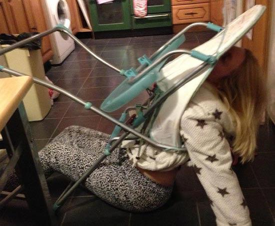 KEADAAN Curtis selepas terperangkap pada kerusi anaknya di London baru-baru ini.