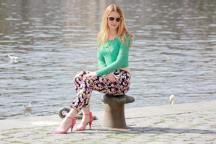 česká blogerka, lucie srbová, květinové kalhoty, H&M, růžové lodičky