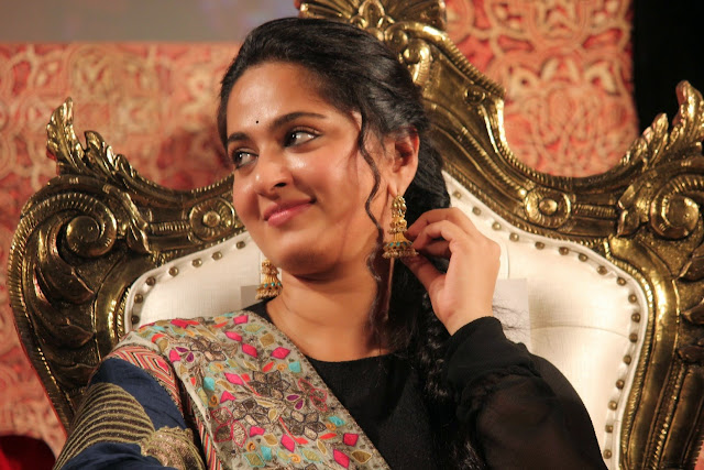 Anushka Shetty Looks Beautiful in Saree at Lingaa movie Audio Release Function