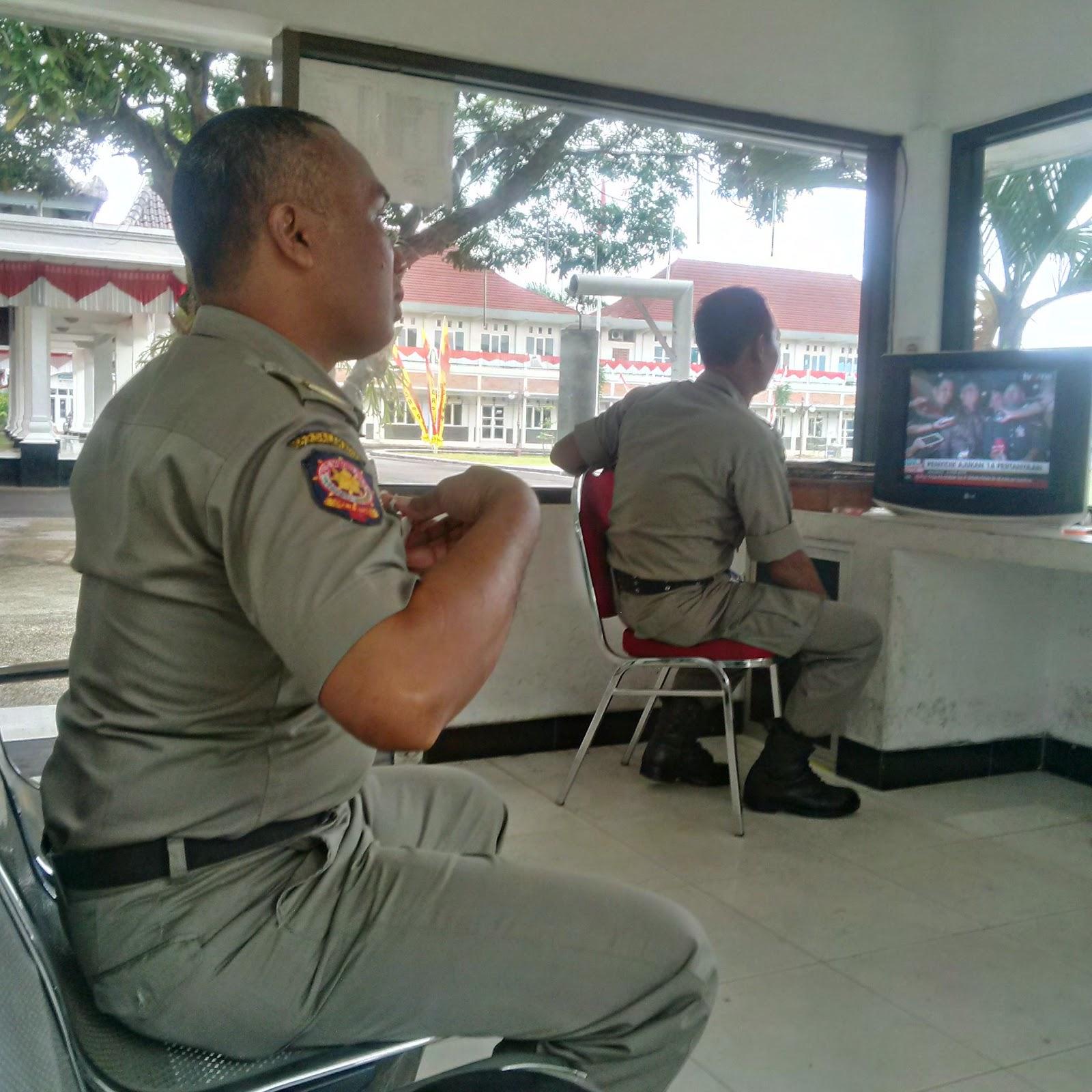 Satpol PP Pemkab Pacitan Menggunakan Pistol saat bertugas di pos 17