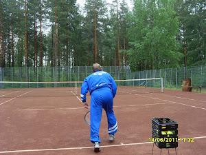 Tennisopetusta yhteisten aikataulujen mukaan sovitulla tenniskentällä