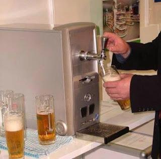 Computador com máquina de tirar cerveja à pressão