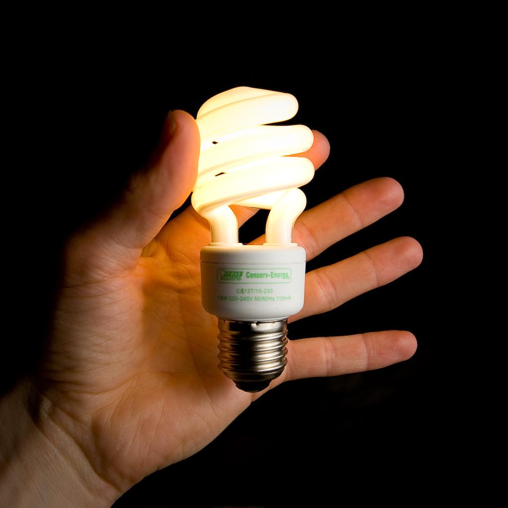 Почему энергосберегающая лампочка мигает после выключения света