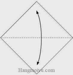 Bước 1: Gấp đôi tờ giấy lại để tạo nếp gấp, sau đó lại mở ra.