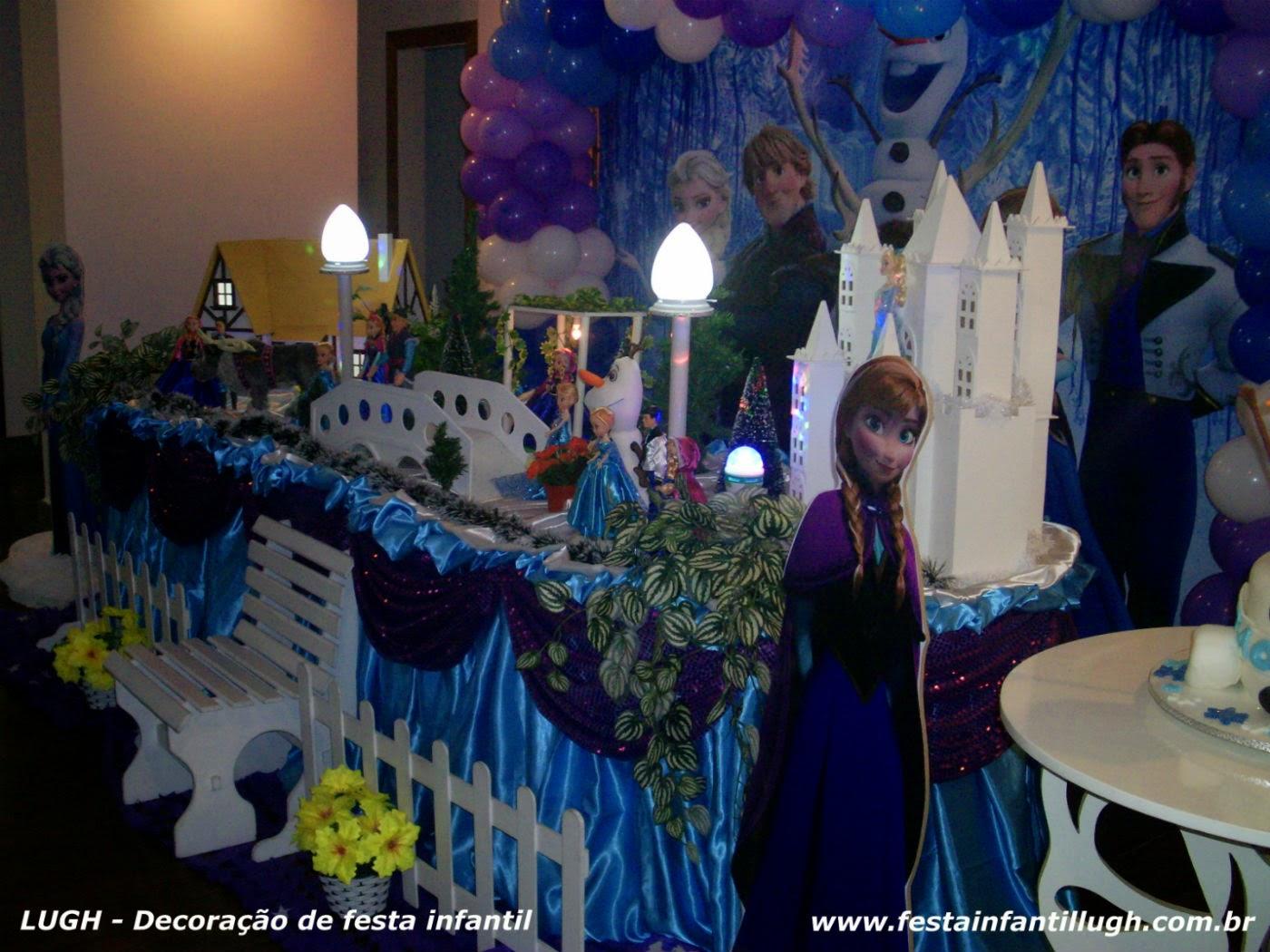 decoração com o tema Frozen para festa infantil de meninas em mesa com toalhas