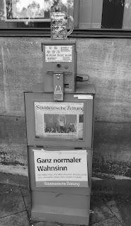 distributeur journaux allemand chope vide bretzel et cafe creme