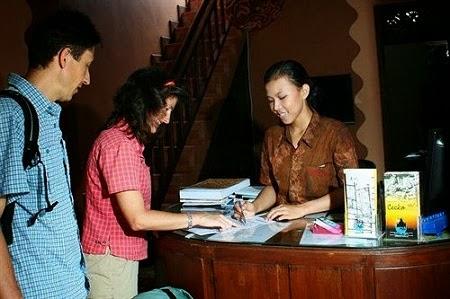 staff reservasi hotel siap membantu Anda di Amaris Hotel Yogyakarta