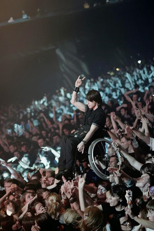 13 beautiful acts of kindness that left me teary-eyed - fans hold up a handicapped friend at a korn concert