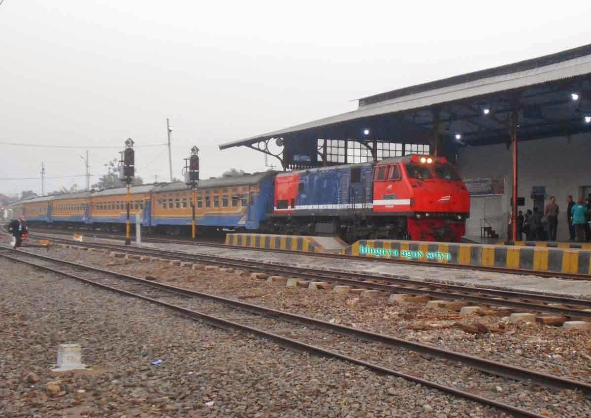 gambar lokomotif CC201 129R