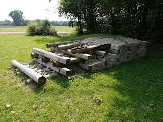 Aufbau einer gallischen Mauer (murus gallicus) beim kelten römer museum manching. Der Wall des Oppidums Manching war in der ersten Ausbaustufe ein murus gallicus.