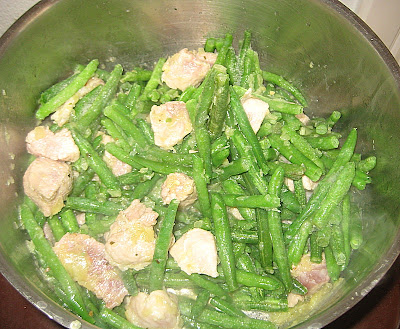 Dodati malo vode kako bi se meso dinstalo jedno 20-ak minuta.
