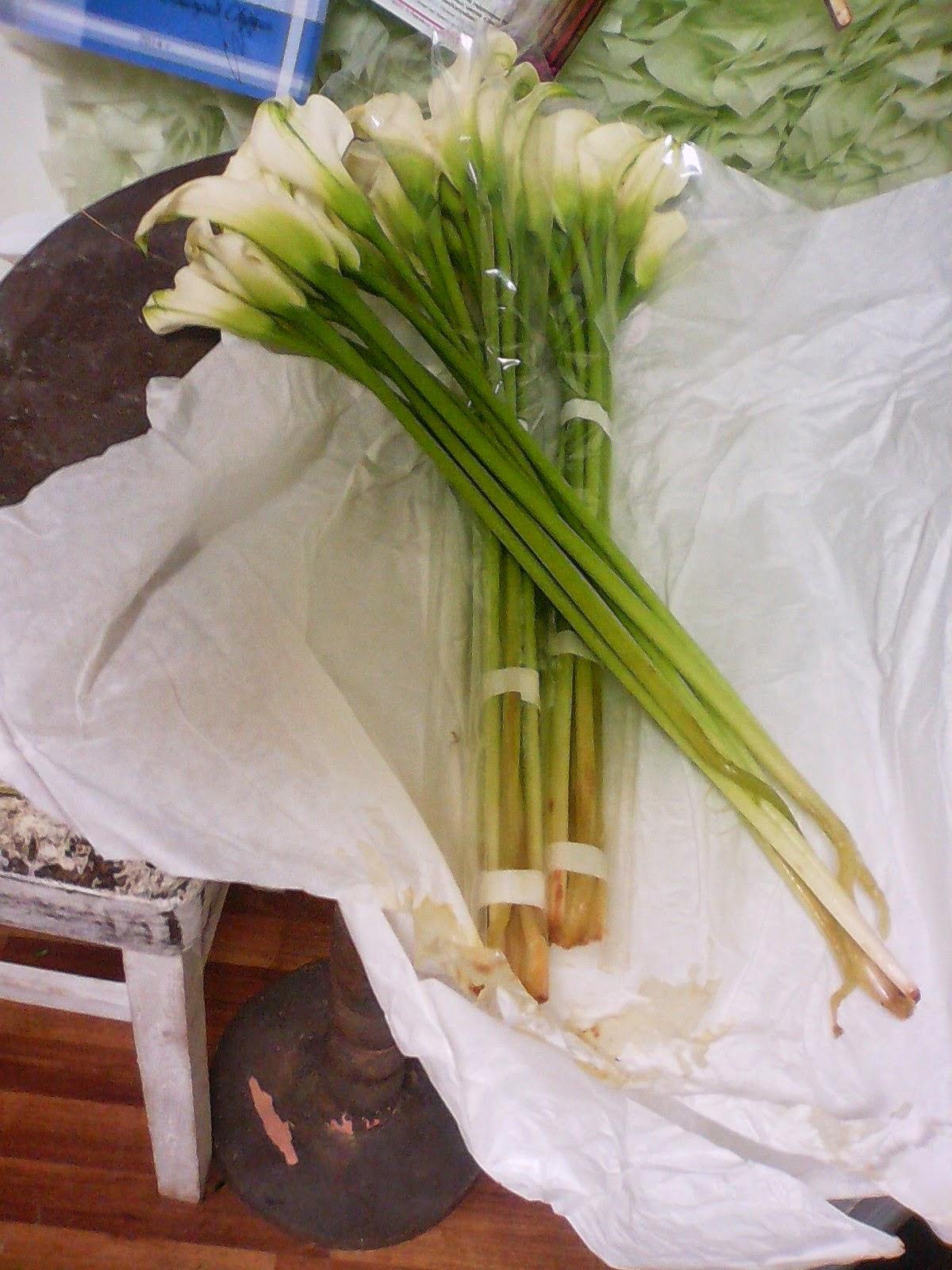 Как сделать стильный букет из калл и роз своими руками 17