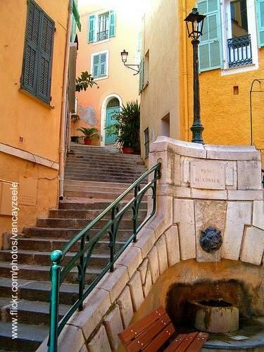 Escalinata entre casas de la Riviera francesa