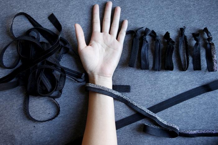 Wrap the elastic around your wrist e4a9027a7b8