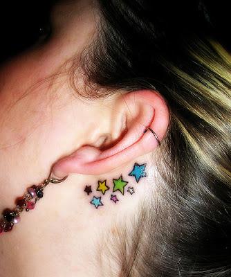 Tatuaje estrellas atrás de la oreja