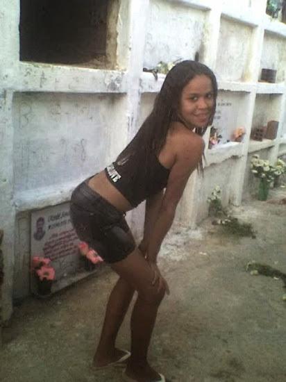 moreninha fazendo pose sexy para foto no cemitério