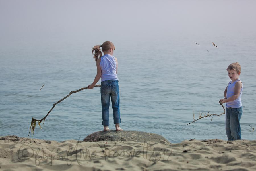 lapsed-mangivad-rannas-fotopesa
