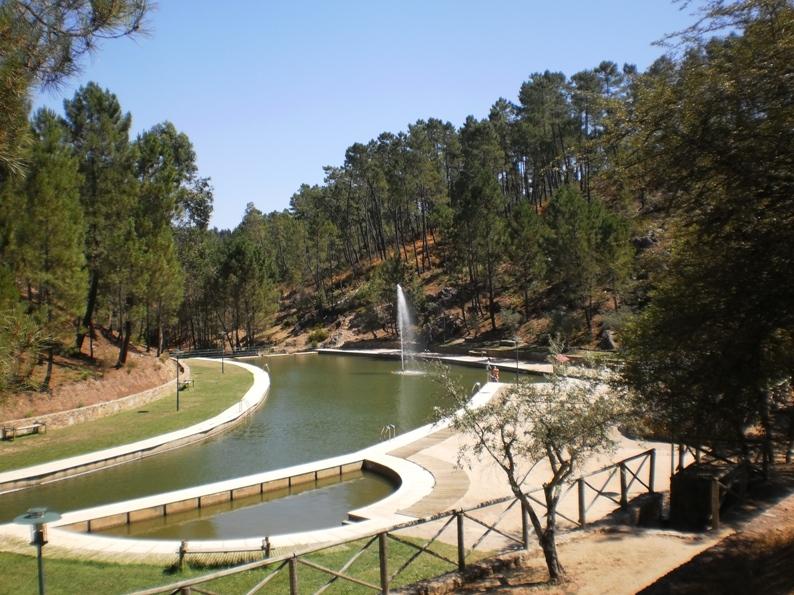 Canhão de água no meio da piscina fluvial