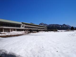 まだ雪の残る校庭