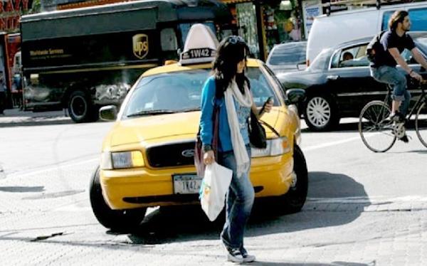 Πρόστιμο σε όποιον διασχίζει δρόμο κοιτάζοντας το smartphone του!