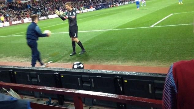Penjaga Gol QPR Diperbodoh Budak Pengutip Bola