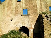 Porta adovellada i finestra gòtica del Girbau de Dalt