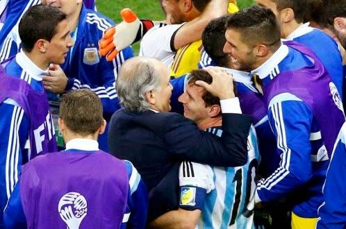 HLV Sabella (giữa) cùng các cầu thủ Argentina sau trận thắng Hà Lan - Ảnh: Reuters