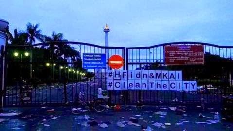 sampah di tugu monas jakarta setelah perayaan tahun baru 2015