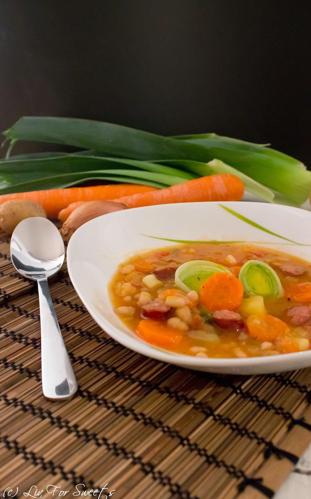 Rezept für eine Suppe mit Mettenden, weißen Bohnen, Möhren, Karotten, Kartoffeln, Porree, Lauch, Tomate, Kartoffel, Rezept auch für den Thermomix