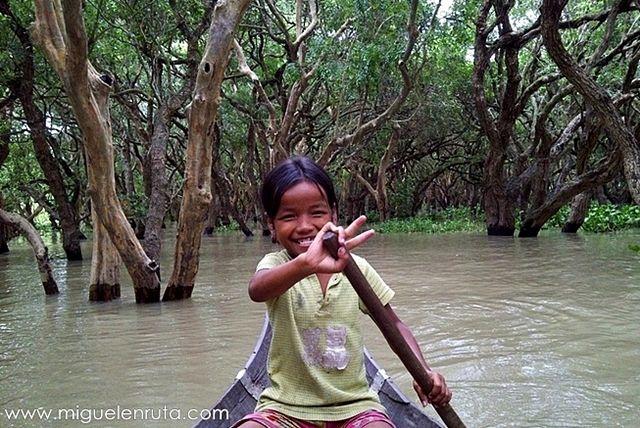 Niños-remando-Kompong-Phluk