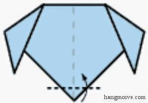 Bước 4: Gấp lớp trên cùng của góc dưới miếng giấy lên trên một ít để tạo thành miệng chó.