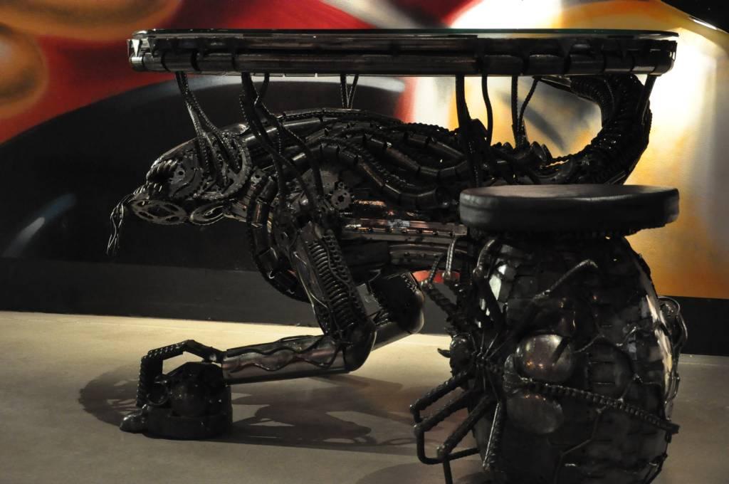 8 pasażer Nostromo ukryty pod stołem