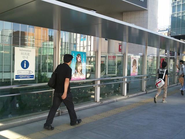 8月27日AKB48前田敦子あっちゃんの卒業式の日のUDX歩道橋にあったAKB48の広告物ポスター