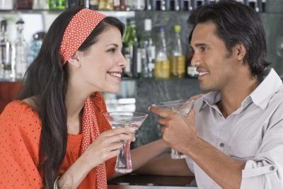 كيف تجذب المرأة اليك وتلفت انتباهها - امرأة تحب منجذبة معجبة الى رجل - woman attracted to a man