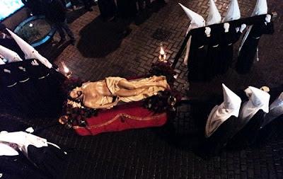 Santísimo Cristo Esperanza de la Vida en la Adoración de las Llagas. Lunes Santo. León. Foto G. Márquez.