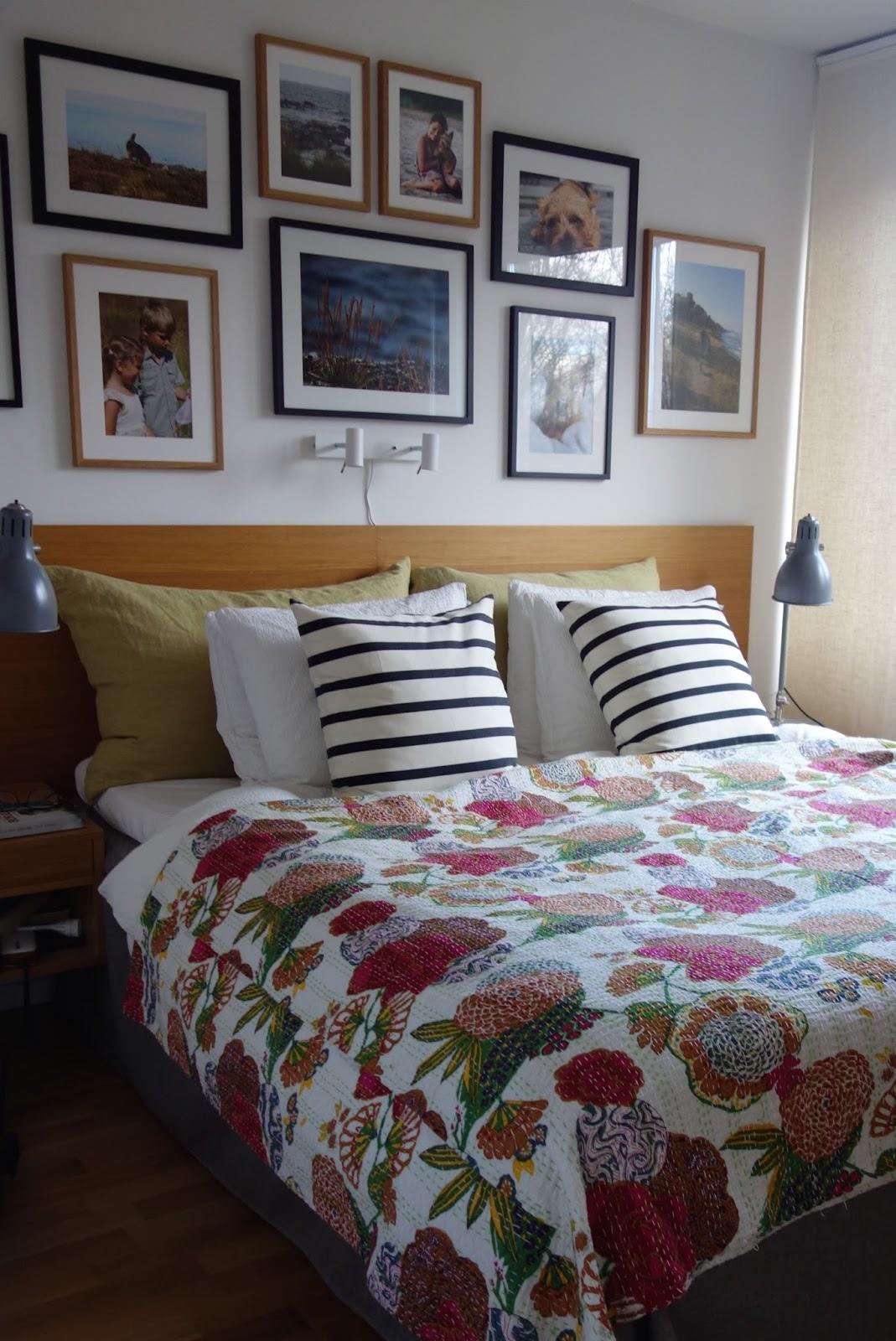 Almbacken: tavelvägg i sovrummet