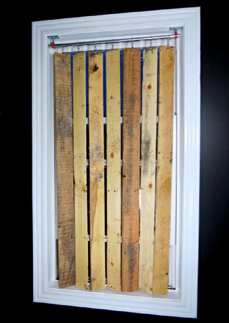 Construye una bonita persiana hecha for Puertas con madera reciclada