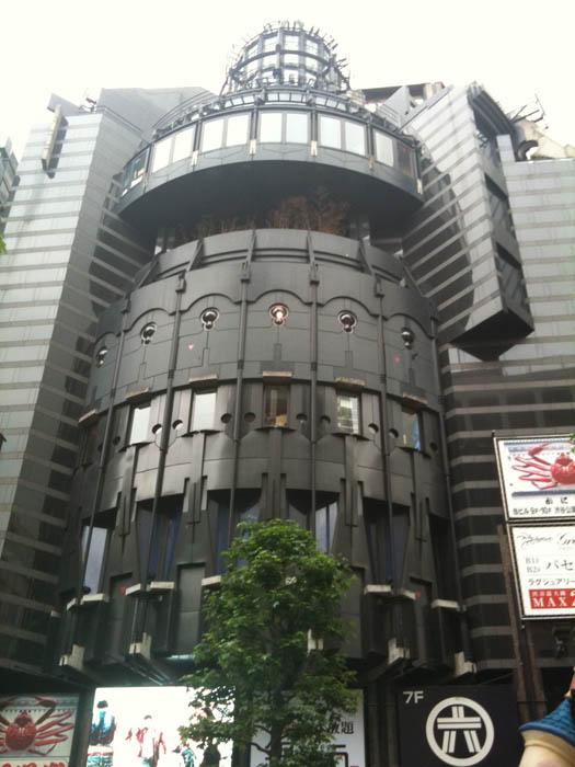 渋谷の丸井向かい側、ディズニーショップの入っているビル。黒が似合っています。