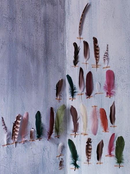 Niebieska ściana z piórami przyklejonymi