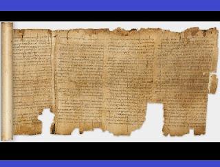 """Preciosos e inestimáveis escritos, encontrados acidentalmente por um pastor beduíno há quase 70 anos, nas areias de Judá, revelaram ao mundo uma história que a maioria imaginava estar perdida para sempre. Em 1947, Muhammed Ahmed al-Hamed achou os famosos Manuscritos do Mar Morto, um gigantesco conjunto de escritos, datados de 205 a.C., em uma época em que os textos da Bíblia sequer estavam reunidos. Entre os achados, há uma indicação de um """"Mestre da Justiça"""", enviado por Deus em 196 a.C, segundo relato de uma carta."""