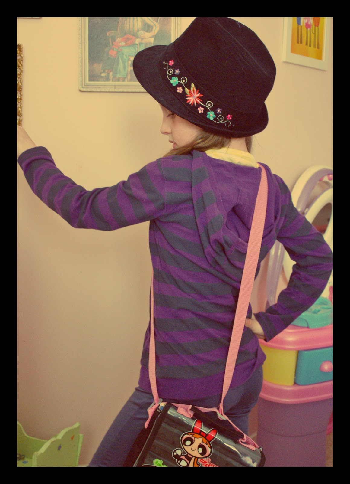http://4.bp.blogspot.com/-NBcxK83p-bg/T4HWRaK7ouI/AAAAAAAABBU/zJDh-cOLyB4/s1600/18.+purple+stripe+top+with+black+fedora.jpg