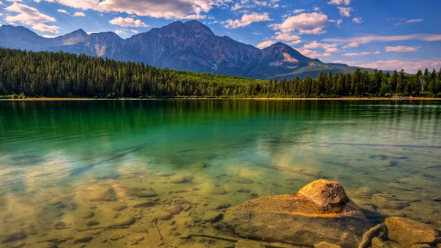 Lake with beautiful montain lanscape