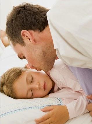 Hukum Seorang Bapa Memeluk dan Mencium Anak Perempuannya Yang Sudah Baligh