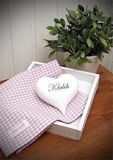 Dekorationshjärta, kökshandduk och träbricka finns hos Familjebutiken Calimero