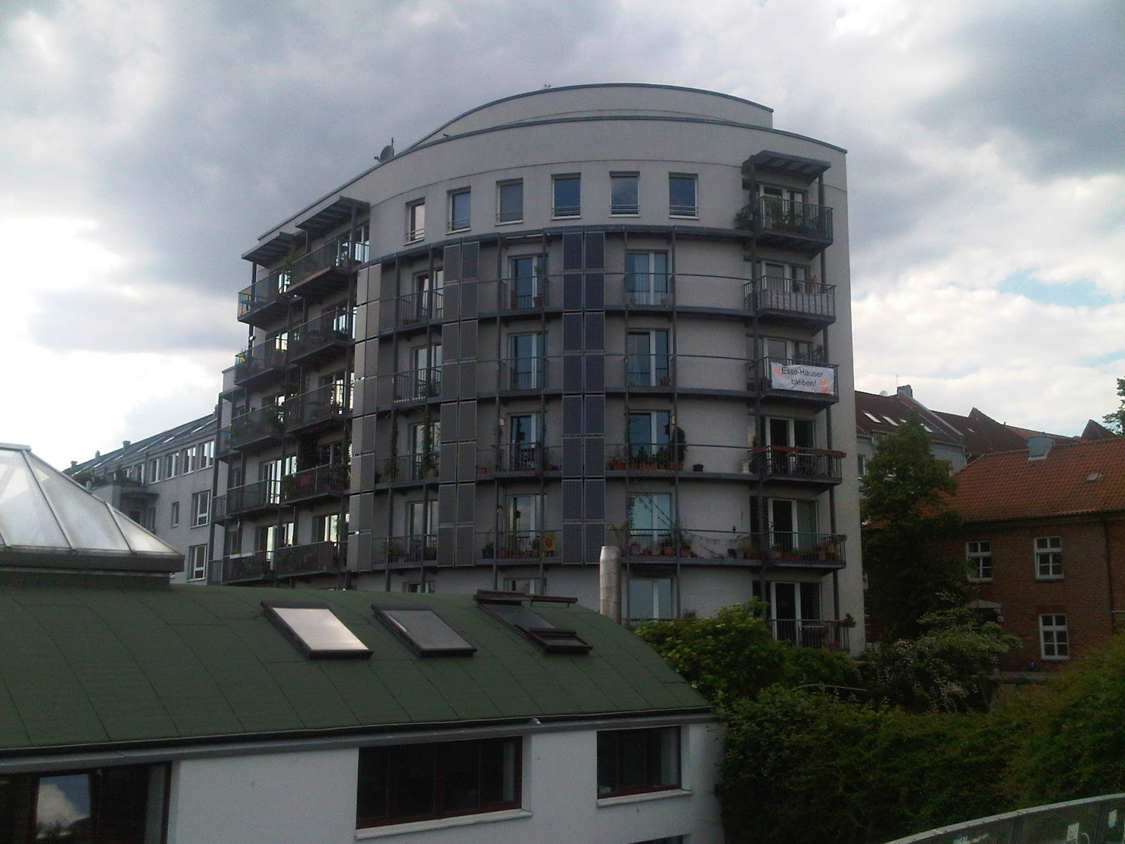 Ein Wohnhaus direkt am Park Fiction. Esso-Haus-Demonstrations-Schild. Balkone.