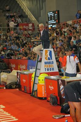 Paco Aparicio arbitrando en silla un partido de pádel durante la prueba de Granada 2013 del WPT
