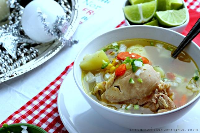Mexican Chicken Soup o caldo de pollo servido en plato con chile jalapeño y cebolla picada.