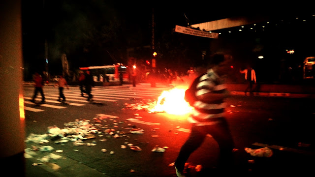 Manifestante correndo em meio ao tumulto na Avenida Paulista - Corra pela vida! hehehe