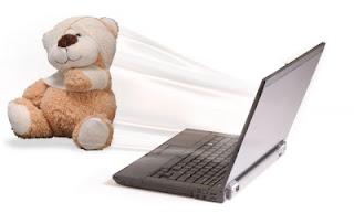 Игрушечный медведь и ноутбук