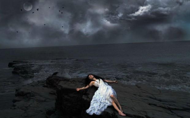Hình ảnh cô gái buồn đi lang thang trên con đường, Ảnh cô gái buồn vì mới chia tay.